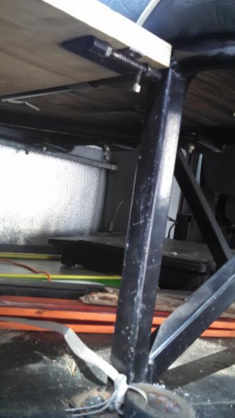 20160723 Elf bus E350 Corbeil dinette Bed locking pin